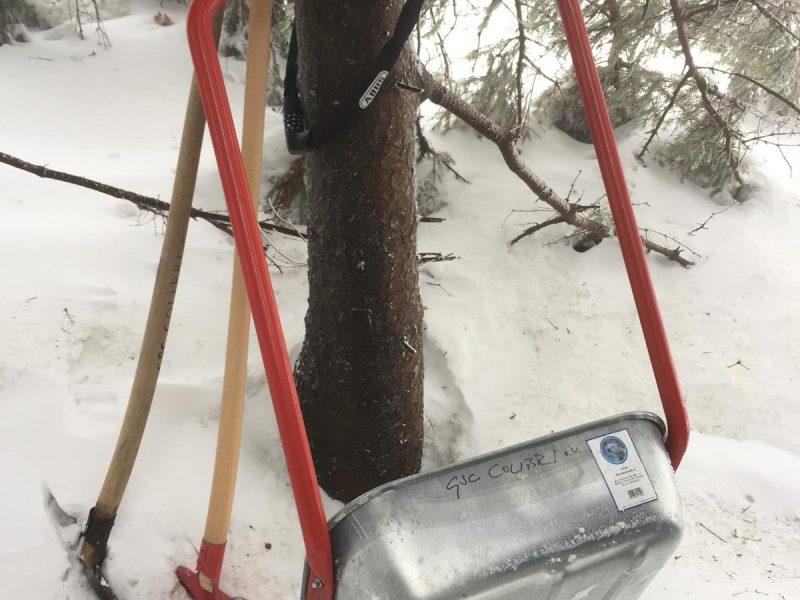 Schneeschaufeln sind platziert